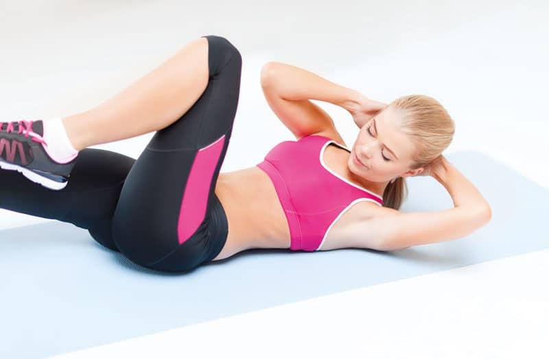 Criss Cross - Seitliche Bauchmuskeln trainieren Auf den Rücken legen und die Beine gerade nach unten ausstrecken. Hände wie bei den Crunches an den Hinterkopf. Nun die Schulterblätter vom Boden abheben und die Brustpartie in Richtung linkes Knie führen. Zeitgleich das linke Bein anwinkeln und das Knie in Richtung Brustpartie führen. Einatmen und den Oberkörper wieder absenken. Nun mit der anderen Seite wiederholen.